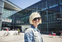 Frau steht gegen modernes Gebäude — Stockfoto