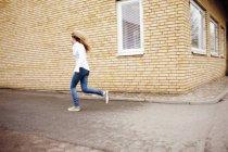 Mujer corriendo en la calle - foto de stock
