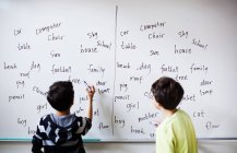 Ragazzi scrivendo sulla lavagna — Foto stock