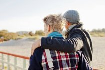 Joven pareja gay en muelle - foto de stock
