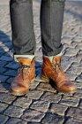 Homme debout sur la rue pavée — Photo de stock