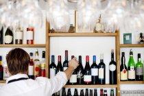 Шеф-повар, раскладывающий бутылки вина — стоковое фото
