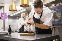 Шеф-повар карамельный крем-брюле — стоковое фото