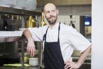 Koch schaut weg von der Großküche — Stockfoto