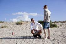 Männlichen Freunden beim Grillen im Gespräch — Stockfoto