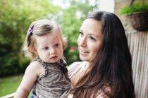 Neonata di trasporto della donna — Foto stock