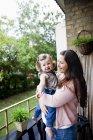Che trasporta bambino donna felice — Foto stock