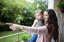 Мама показывает что-то ребенку — стоковое фото