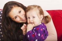Bébé et la mère heureuse — Photo de stock