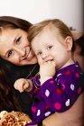 Bébé et la mère souriante — Photo de stock