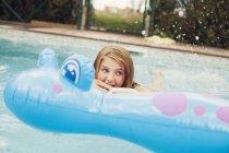 Щаслива дівчина плавання — стокове фото