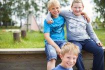 Портрет счастливых школьников — стоковое фото