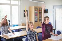 Studenti high Junior solleva le mani — Foto stock