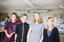 Ritratto di felice scuola allievi — Foto stock