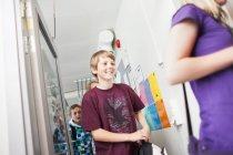 Schüler verlässt Klassenzimmer — Stockfoto