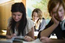Étudiants en classe à l'université — Photo de stock