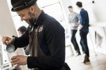 Середині дорослих barista робить капучино — стокове фото