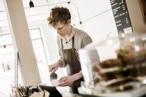 Jeune barista préparation du cappuccino — Photo de stock