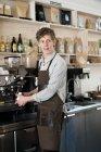 Молодий barista приготування кави — стокове фото