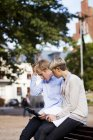 Inquiet des amis à l'aide de tablette numérique — Photo de stock