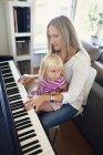 Жінка грати на фортепіано — стокове фото