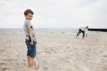 Ritratto di ragazzo in piedi con padre — Foto stock