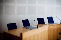 Microfoni al tavolo per conferenze vuota — Foto stock