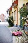 Automobile del giocattolo sulla strada — Foto stock