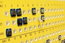 Fori sulla parete gialla — Foto stock