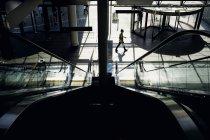 Femme marchant dans un bâtiment moderne — Photo de stock