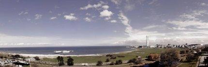 Город у моря против неба. — стоковое фото