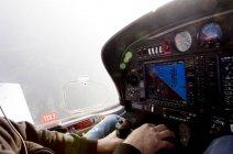 Mann fliegt Privatjet — Stockfoto