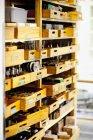 Piezas de repuesto en cajones de madera - foto de stock