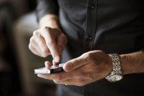 Uomo che tocca il telefono intelligente — Foto stock