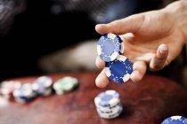 Hand halten Pokerchips — Stockfoto