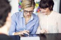 Imprenditrici utilizzando la tavoletta digitale — Foto stock