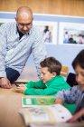 Enseignant en regardant garçon — Photo de stock