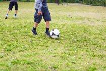 Scolari che giocano calcio — Foto stock