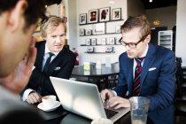 Uomo d'affari utilizzando il computer portatile — Foto stock