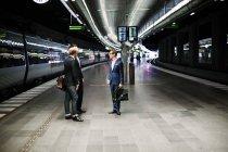 Бизнес-коллег, стоя на железной дороге — стоковое фото