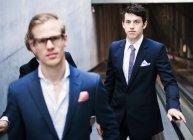 Ritratto di uomini d'affari sulla scala mobile — Foto stock