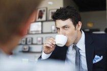 Bonito homem de negócios tomando café — Fotografia de Stock