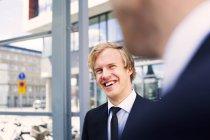 Uomo d'affari felice che esamina collega — Foto stock