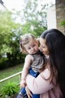 Женщина, несущая ребенка — стоковое фото