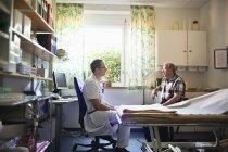 Доктор, говорящий с пациентом — стоковое фото