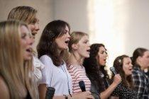 Weiblichen Chöre singen in der Kirche — Stockfoto