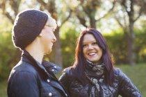 Amigos do sexo feminino jovens alegres — Fotografia de Stock