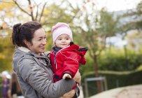 Neonata di trasporto madre felice — Foto stock
