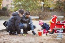 Сім'я грати в піску — стокове фото