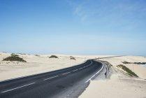 Порожній дороги в пустелі — стокове фото